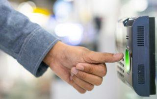 Zaposlenik otvara biometrijsku bravu