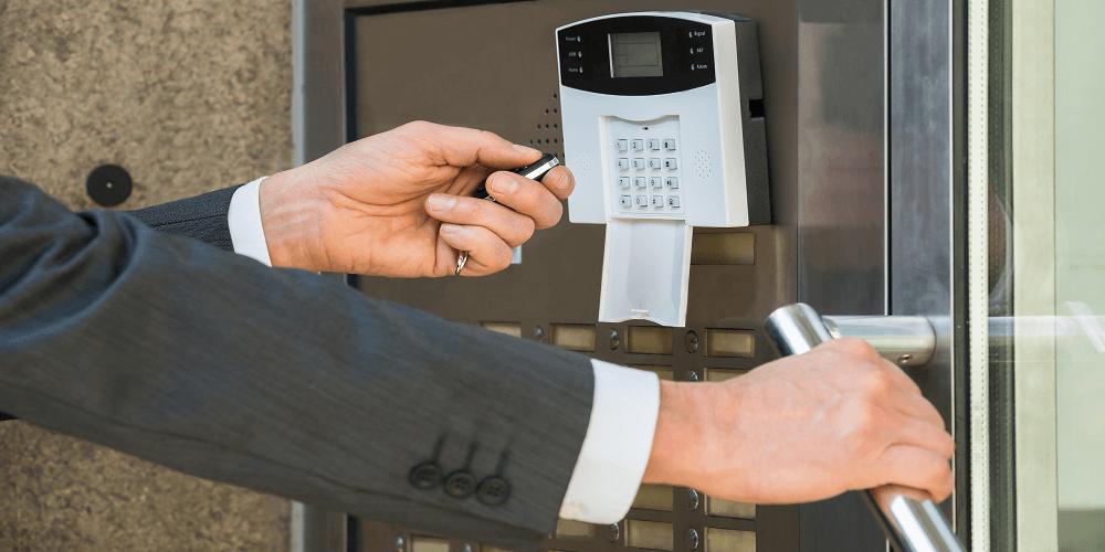 Poslovni čovjek otvara vrata s digitalnom bravom